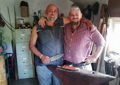 Der stolze Sonny zeigt sein selber hergestelltes Messer