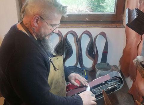 alex schleift messer an schleifmaschine mobil