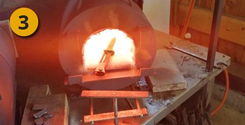 el cuchillo en el horno de forja brilla